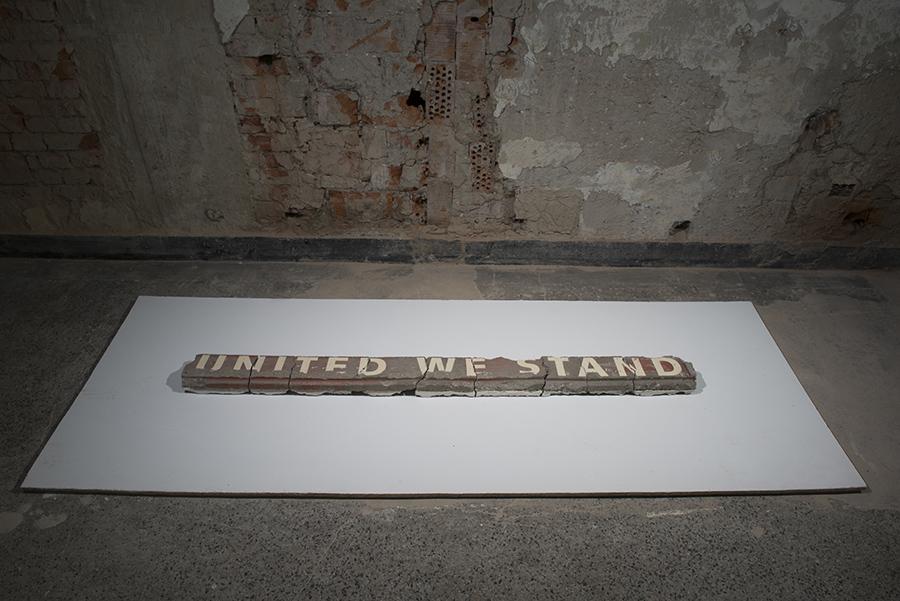 """Michal Moravčík: """"držíme spolu, ak prestaneme – padneme"""" / """"by uniting we stand, by dividing we fall"""" 2005, inštalácia, betón / instalation, concrete"""