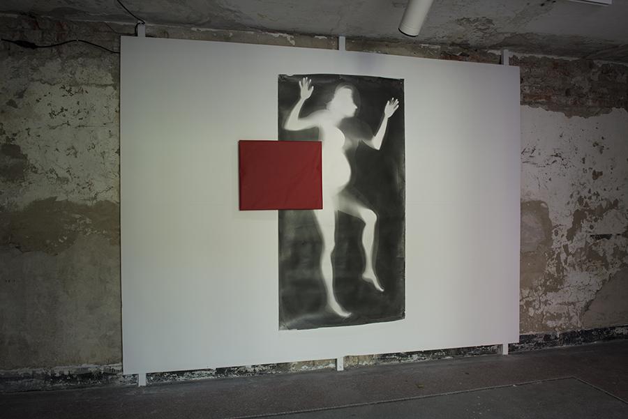 Agnés Eperjesi: V očakávaní / Expectant 1993-2015, čb fotogram, fotografický papier a ochranná taška b&w photogram + virgin photopaper in light-protective red bag, 50 x 60 cm